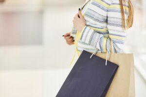 жена пазарува във физически магазин